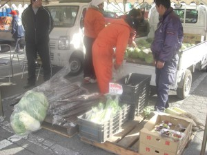 <Local people selling vegetables.>