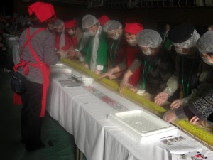 (3) This is a 50-meter-long sushi wrapped with yellow chrysanthemum petals.
