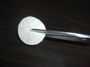 3. Cut a circle with a diameter of 3.5 to 4.5 centimeters out of a piece of paper, and then cut it to the center.