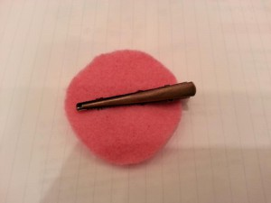 7. Make a circle from a piece of felt with a diameter of 4.5cm, and sew a clip on it.
