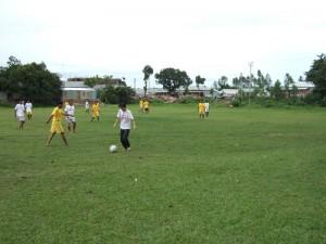 03Momplaysfootball_sm