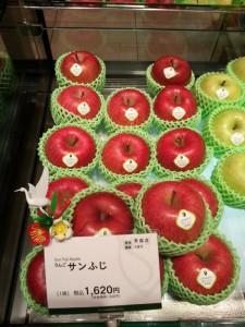 Fuji Apple from Japan in the famous fruit shop in Tokyo (1,620 yen / one)